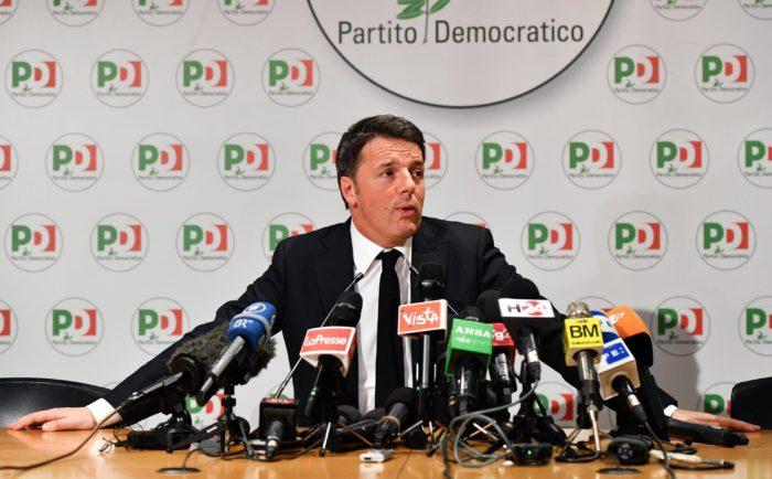 Róma, 2018. március 5. Matteo Renzi korábbi olasz miniszterelnök, a kormányzó balközép Demokrata Párt (PD) fõtitkára sajtótájékoztatót tart az olasz parlamenti választások eredményérõl Rómában 2018. március 5-én, a választások másnapján. Renzi bejelentette, hogy lemond az ellenzékbe vonuló párt vezetésérõl a választási vereséget követõen. A PD a voksok mintegy 18 százalékát szerezte meg, messze elmaradva az elitellenes, euroszkeptikus Öt Csillag Mozgalom (M5S) és a jobbközép pártszövetség eredményétõl. (MTI/EPA/Ettore Ferrari)