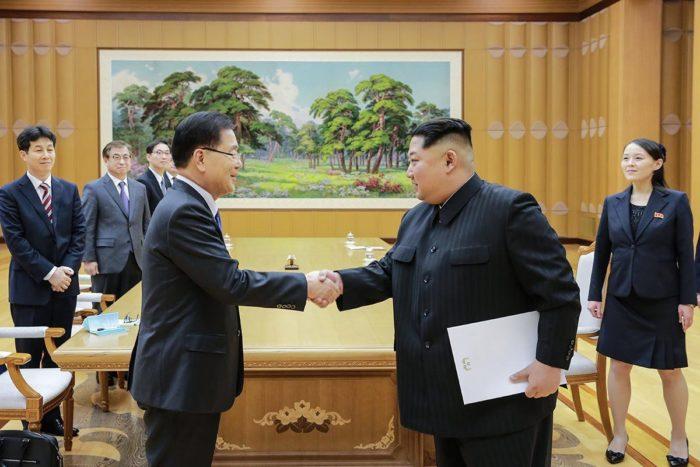 Phenjan, 2018. március 6. A dél-koreai elnöki hivatal által közreadott képen Kim Dzsong Un észak-koreai vezetõ (j2) fogadja a tízfõs dél-koreai küldöttség élén álló Csung Ej Jongot, a nemzetbiztonsági hivatal vezetõjét Phenjanban 2018. március 5-én. A Mun Dzse In dél-koreai elnököt képviselõ delegáció az esetleges béketárgyalásokat és az amerikai-észak-koreai közeledést igyekszik elõkészíteni az észak-koreai fõvárosban. Kim elõször fogadott dél-koreai tisztségviselõket. (MTI/EPA/Dél-koreai elnöki hivatal)