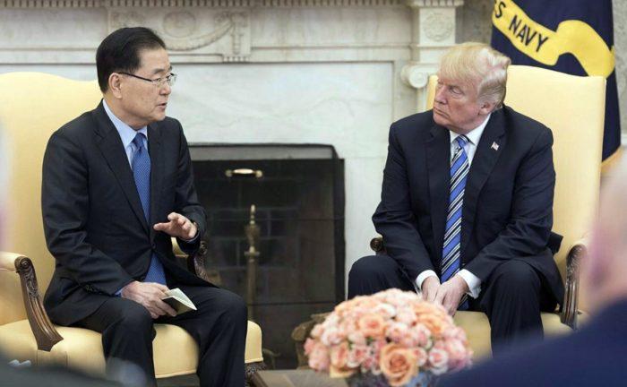 Washington, 2018. március 9. Donald Trump amerikai elnök (j) és Csung Jui Jong, Mun Dzse In dél-koreai elnök nemzetbiztonsági tanácsadója megbeszélést tart a washingtoni Fehér Házban 2018. március 8-án. A dél-koreai diplomata a megbeszélést követõ sajtótájékoztatón bejelentette, hogy Trump májusban találkozik Kim Dzsong Un észak-koreai vezetõvel, továbbá azt, hogy Észak-Korea kész feladni nukleáris programját. A nemzetbiztonsági tanácsadó a Phenjanban tárgyaló dél-koreai küldöttség vezetõjeként a napokban találkozott Kim Dzsong Unnal. (MTI/EPA)