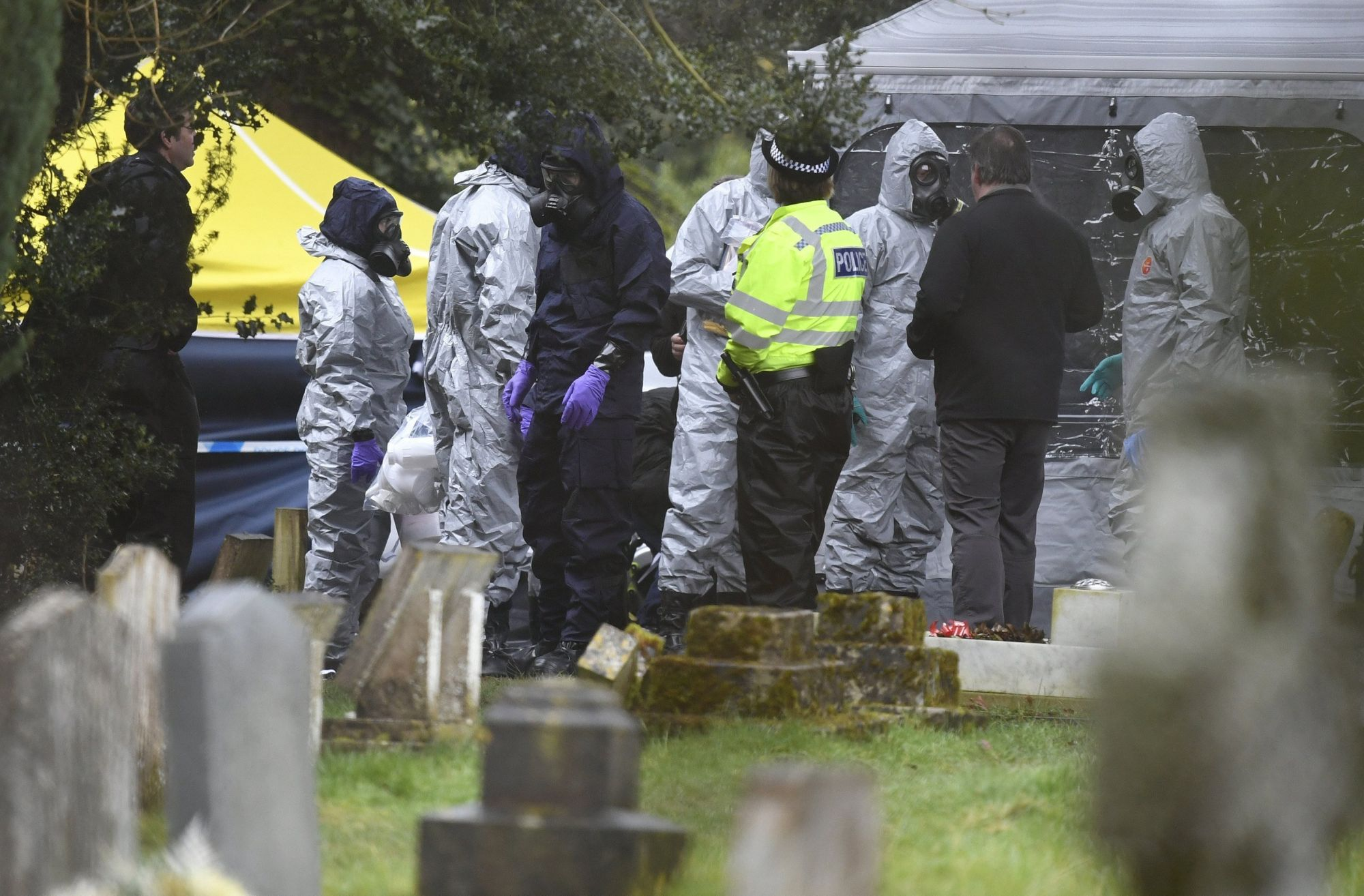 Bűnügyi szakértők vizsgálódnak Szergej Szkripal korábbi orosz kettős ügynök mérgezése ügyében a dél-angliai Salisbury temetőjében 2018. március 10-én, hat nappal az után, hogy eszméletlen állapotban találtak rá a brit külső hírszerzés, az MI6 66 éves volt ügynökére és 33 éves lányára, Julijára a városban. (MTI/EPA/Neil Hall)