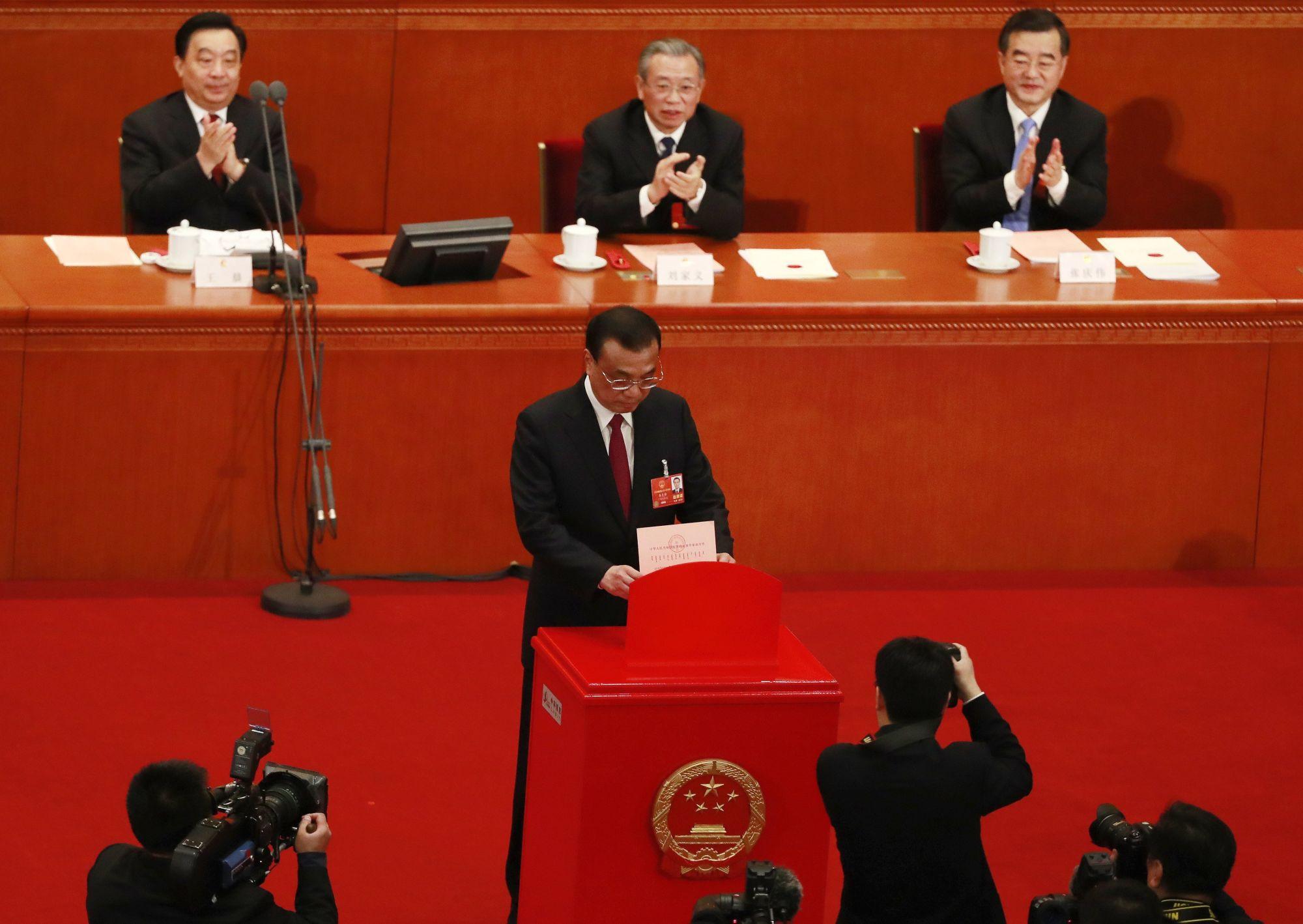 Li Ko-csiang miniszterelnök szavaz az Országos Népi Gyűlés, azaz a kínai parlament évenkénti ülésszakának ülésén a pekingi Nagy Népi Csarnokban 2018. március 11-én. A képviselők elfogadták az alkotmánymódosítást, amellyel eltörlik az államfő hivatali idejére vonatkozó korlátozást. (MTI/EPA/Hou Hvi Jung)