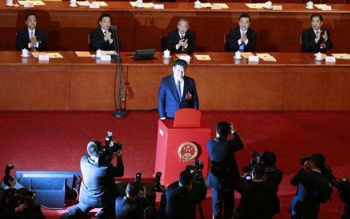 Peking, 2018. március 11. Hszi Csin-ping kínai elnök, a Kínai Kommunista Párt fõtitkára szavaz az Országos Népi Gyûlés, azaz a kínai parlament évenkénti ülésszakának ülésén a pekingi Nagy Népi Csarnokban 2018. március 11-én. A képviselõk elfogadták az alkotmánymódosítást, amellyel eltörlik az államfõ hivatali idejére vonatkozó korlátozást. (MTI/EPA/Hou Hvi Jung)