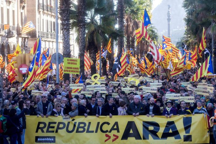 Barcelona, 2018. március 11. Katalónia függetlenségét követelik tüntetők a Katalán Nemzetgyűlés (ANC) nevű politikai civil szervezet felhívására Barcelonában 2018. március 11-én. (MTI/EPA/Quique García)