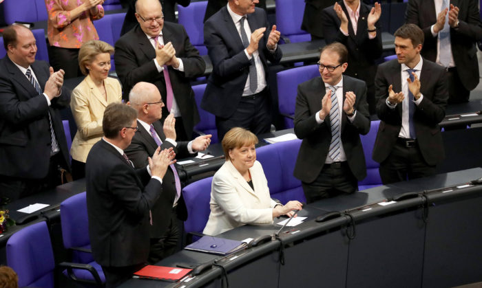 Berlin, 2018. március 14. Angela Merkelt (fehérben) megtapsolják a képviselők, miután negyedik alkalommal kancellárrá választották a német parlament 2018. március 14-i berlini ülésén. (MTI/EPA/Omer Messinger)