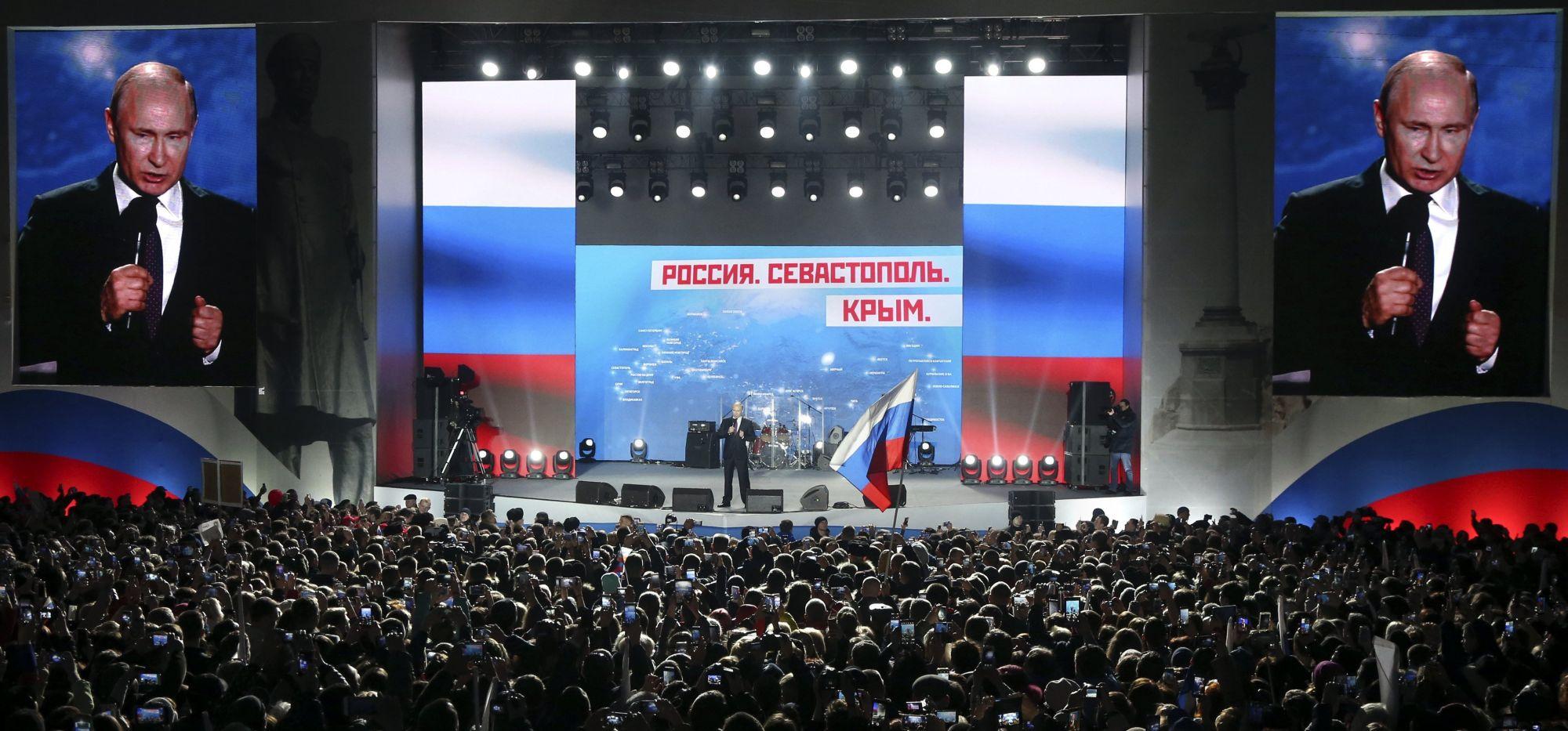 Vlagyimir Putyin orosz államfő választási kampánybeszédet tart a Krím-félsziget Oroszországhoz való csatolásának évfordulója alkalmából tartott koncertek egyike előtt Szevasztopolban 2018. március 14-én. Az oroszországi elnökválasztást március 18-án, a Krím Ukrajnától való elcsatolásának negyedik évfordulóján tartják. (MTI/EPA/Szergej Csirikov)