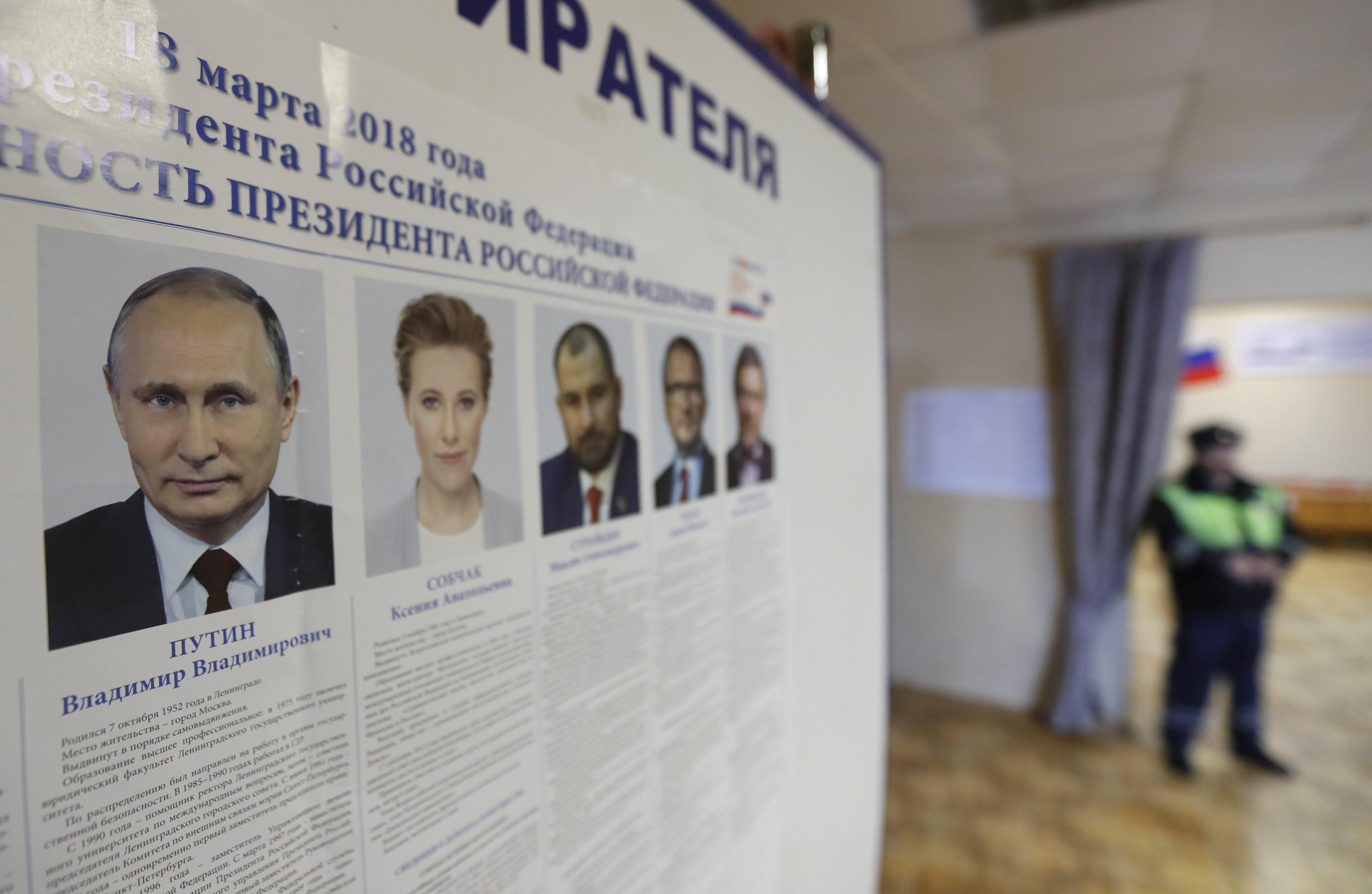 Borovszk, 2018. március 17. Az elnökválasztáson újra induló Vlagyimir Putyin hivatalban levő orosz államfő (b) és vetélytársai portréja egy szavazóhelyiségben, a Moszkvától mintegy száz kilométerre levő Borovszkban 2018. március 17-én, az elnökválasztás előtti napon. (MTI/EPA/Jurij Kocsetkov)