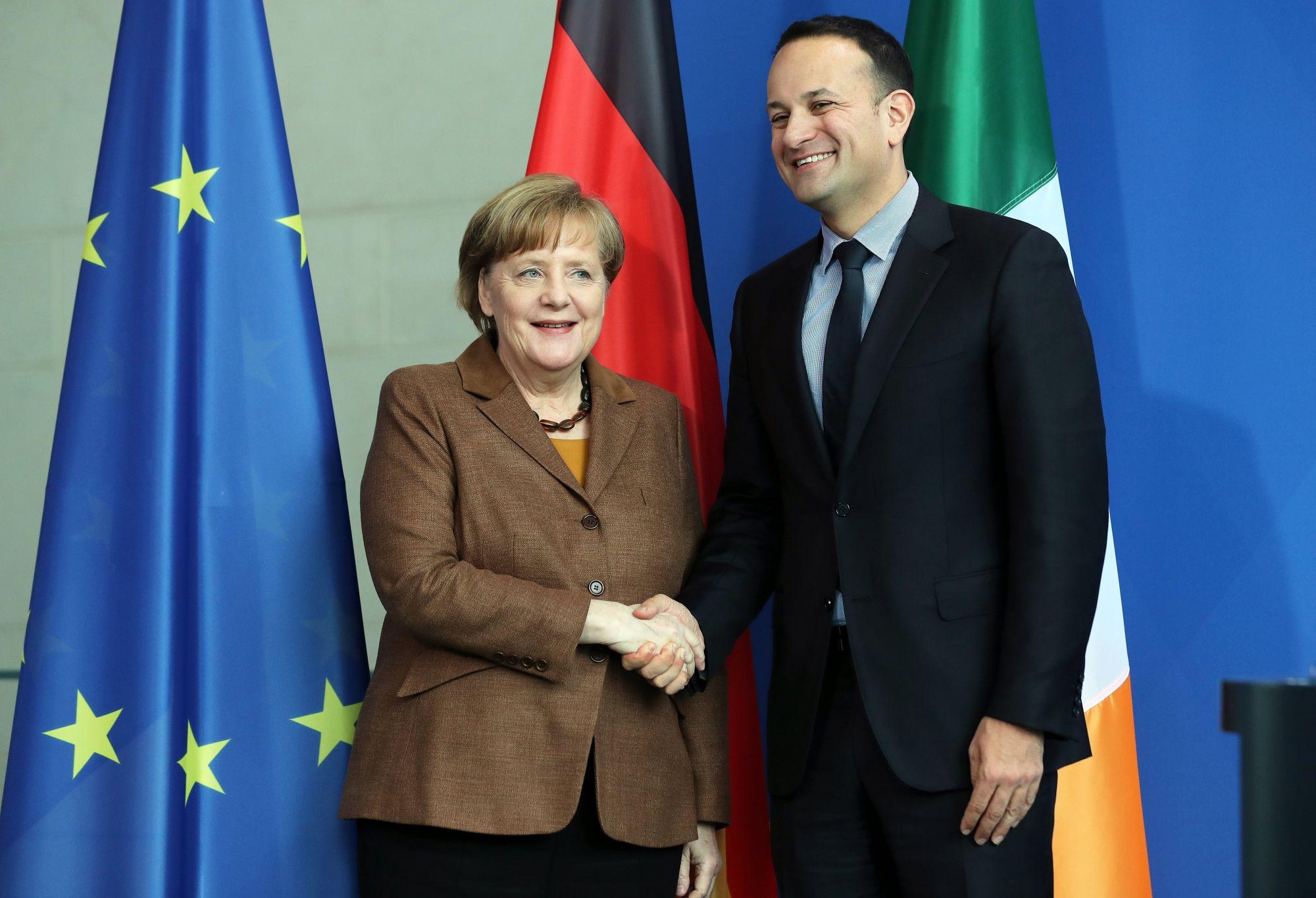 Angela Merkel német kancellár (b) és Leo Varadkar ír miniszterelnök kezet fog a berlini kancellári hivatalban tartott sajtótájékoztatójuk végén 2018. március 20-án. (MTI/EPA/Felipe Trueba)