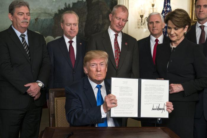 Washington, 2018. március 9. Donald Trump amerikai elnök mutatja az aláírásával ellátott, kínai importtermékekre kivetendő vámról szóló rendeletét a washingtoni Fehér Házban 2018. március 22-én. (MTI/EPA/Jim Lo Scalzo)