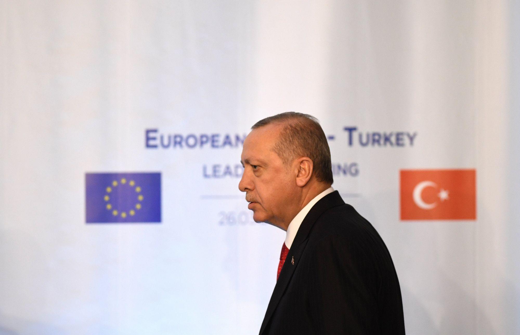 Recep Tayyip Erdogan török államfő érkezik az uniós vezetőkkel tartott találkozóját követő sajtótájékoztatóra a Várna melletti Euxinográd-palotában 2018. március 26-án. (MTI/EPA/Vaszil Donev)