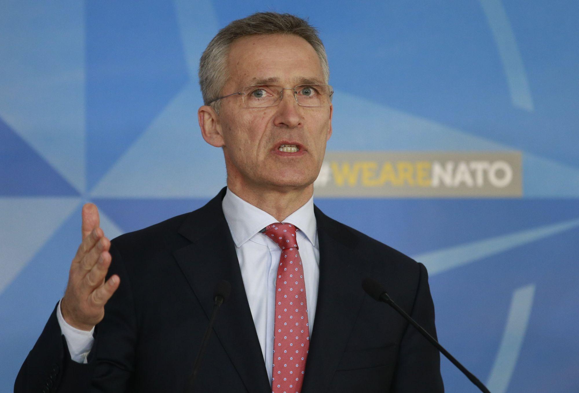 Jens Stoltenberg NATO-főtitkár sajtótájékoztatót tart a világszervezet brüsszeli székházában 2018. március 27-én, ahol bejelentette, hogy a NATO visszavonta hét orosz diplomata akkreditációját, a katonai szövetség melletti orosz képviselet személyzetének létszámát pedig húsz főben maximálták. (MTI/EPA/Olivier Hoslet)