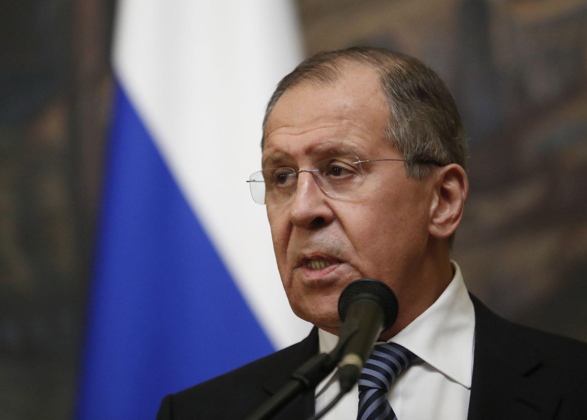 Szergej Lavrov orosz külügyminiszter egy moszkvai sajtóértekezleten 2018. március 29-én. Lavrov közölte, hogy Oroszország azonos választ ad minden államnak, amely orosz diplomatákat utasított ki a Szkripal-üggyel kapcsolatban. (MTI/EPA/Szergej Csirikov)