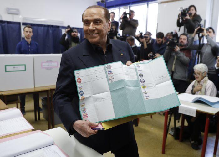 Milánó, 2018. március 4. Silvio Berlusconi volt olasz miniszterelnök, a Forza Italia (FI) párt vezetõje mutatja szavazólapját egy milánói szavazóhelyiségben 2018. március 4-én, a parlamenti választások napján. (MTI/AP/Luca Bruno)
