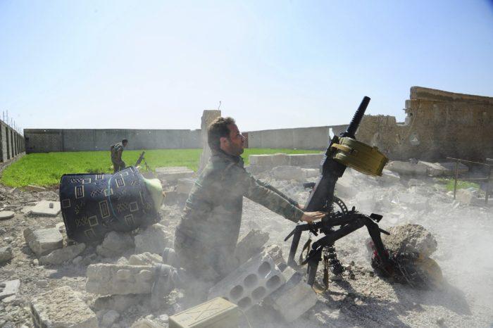 Kelet-Gúta, 2018. március 8. A SANA szíriai állami hírügynökség által 2018. március 7-én közreadott képen a szíriai kormányhadsereg katonája tüzel a lázadók ellen vívott harcok közben a Damaszkusz közelében elterülõ, az ellenzék uralta és a kormányerõk ostromzára alá vont Kelet-Gúta térségben. A Nemzetközi Vösökereszt szerint az ostromgyûrûbe vont lakosságnak szánt második segélyszállítmány Kelet-Gútába küldését el kellett halasztani a harcok miatt március 8-án. (MTI/AP/SANA)