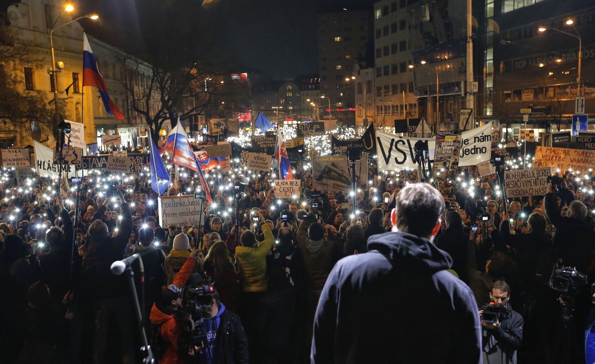 Robert Fico szlovák miniszterelnök lemondását ünneplik tüntetők, akik Ján Kuciak szlovák tényfeltáró újságíró és élettársa, Martina Kusnirová meggyilkolásának alapos kivizsgálását követelik Pozsonyban 2018. március 16-án. (MTI/AP/Darko Vojinovic)