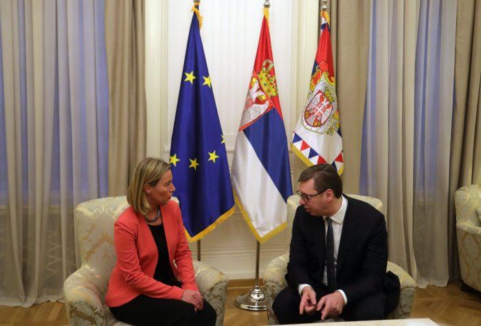 Aleksandar Vucic szerb államfő (b) fogadja Federica Mogherinit, az Európai Unió kül- és biztonságpolitikai főképviselőjét Belgrádban 2018. március 27-én, egy nappal az után, hogy a koszovói rendőrség őrizetbe vette, majd kiutasította az országból Marko Djuricot, a szerb kormány Koszovó-ügyi irodájának a vezetőjét. A koszovói szerb képviselők válaszul bejelentették Vucicnak, hogy kilépnek a pristinai kormánykoalícióból. (MTI/EPA/Andrej Cukic)
