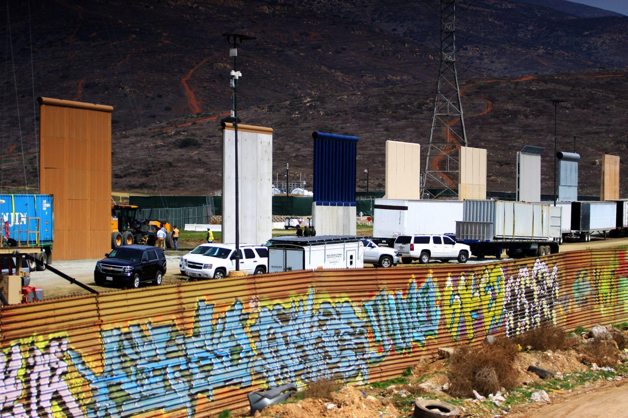 A tervezett mexikói fal elemeinek prototípusai a határ mentén, Las Torres felől, Mexikóból nézve, 2018. március 12-én. EPA/ALEJANDRO ZEPEDA