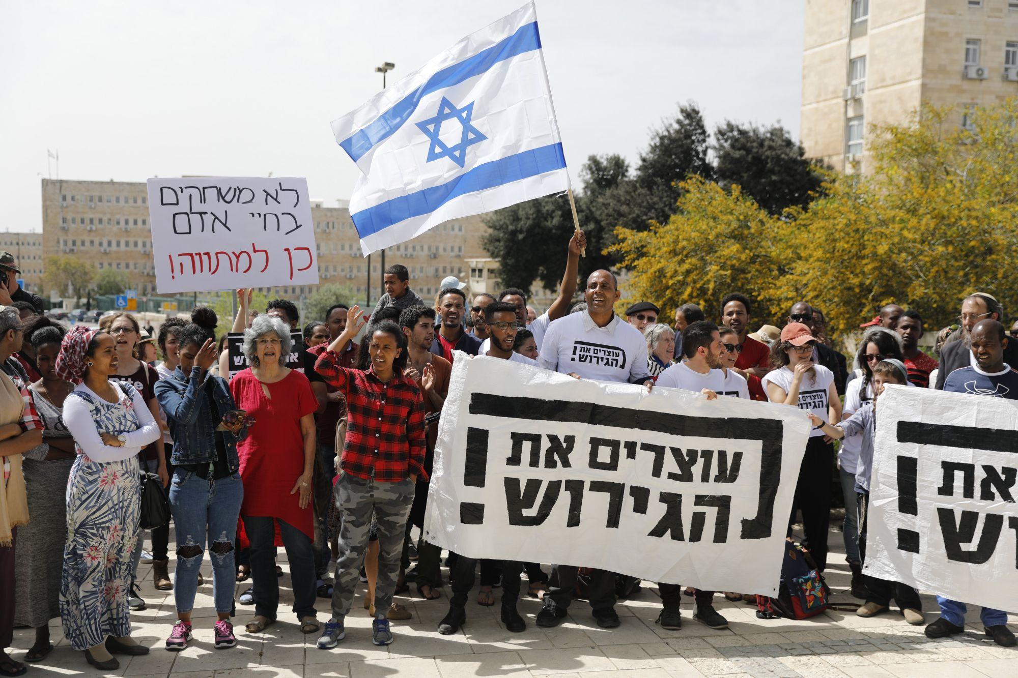 Afrikai menedékkérők és izraeliek tüntetnek az afrikai menekültek kitoloncolása ellen a miniszterelnöki hivatal előtt Jeruzsálemben, 2018. április 3-án. Netanjahu politikai nyomásra felmondta az ENSZ-szel kötött menekültügyi megállapodást.  EPA/ABIR SULTAN