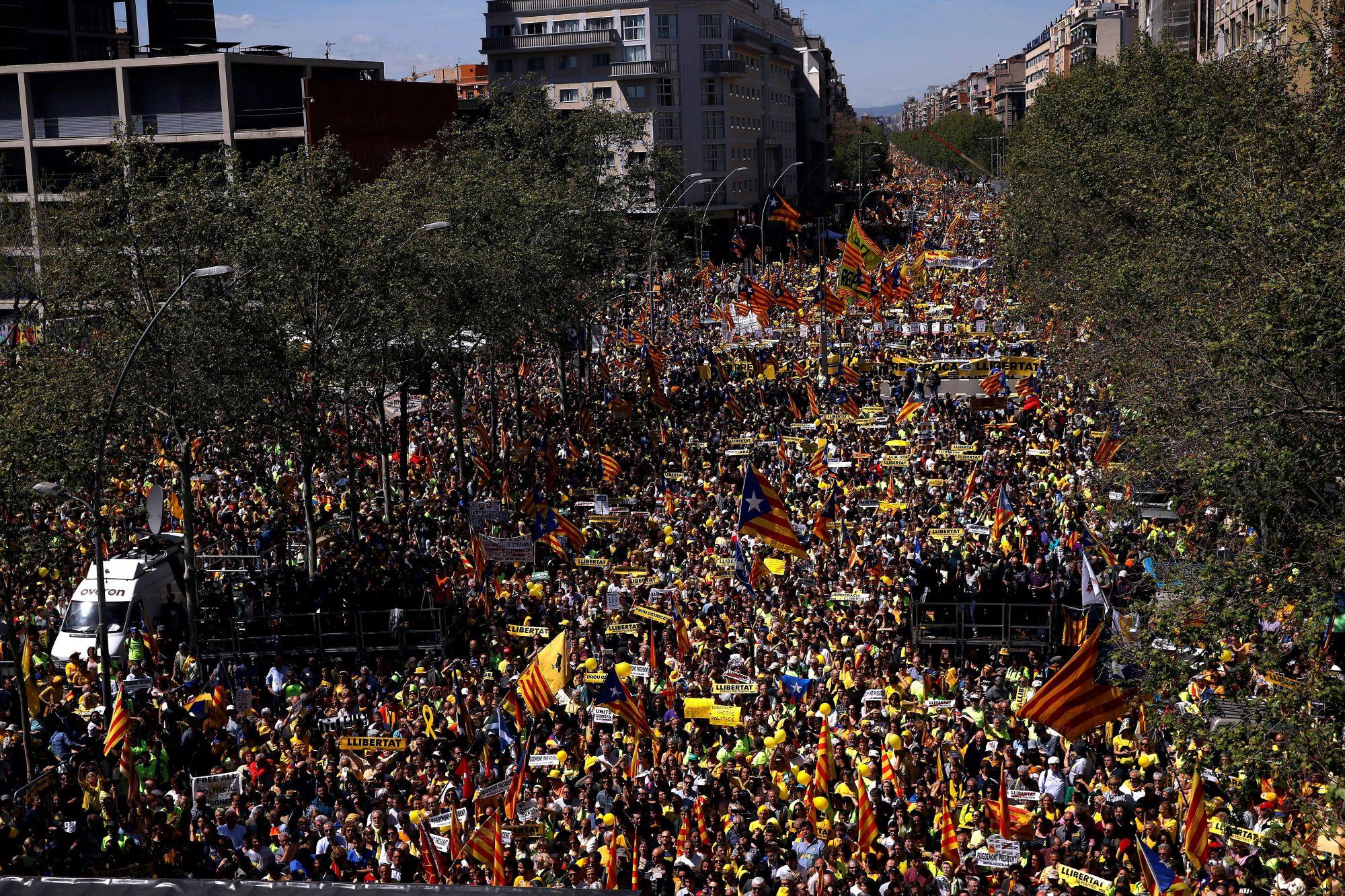 Tüntetők vonulnak Barcelonában a bebörtönzött katalán politikusok szabadon engedéséért, 2018. április 15-én.  EPA/Quique Garcia