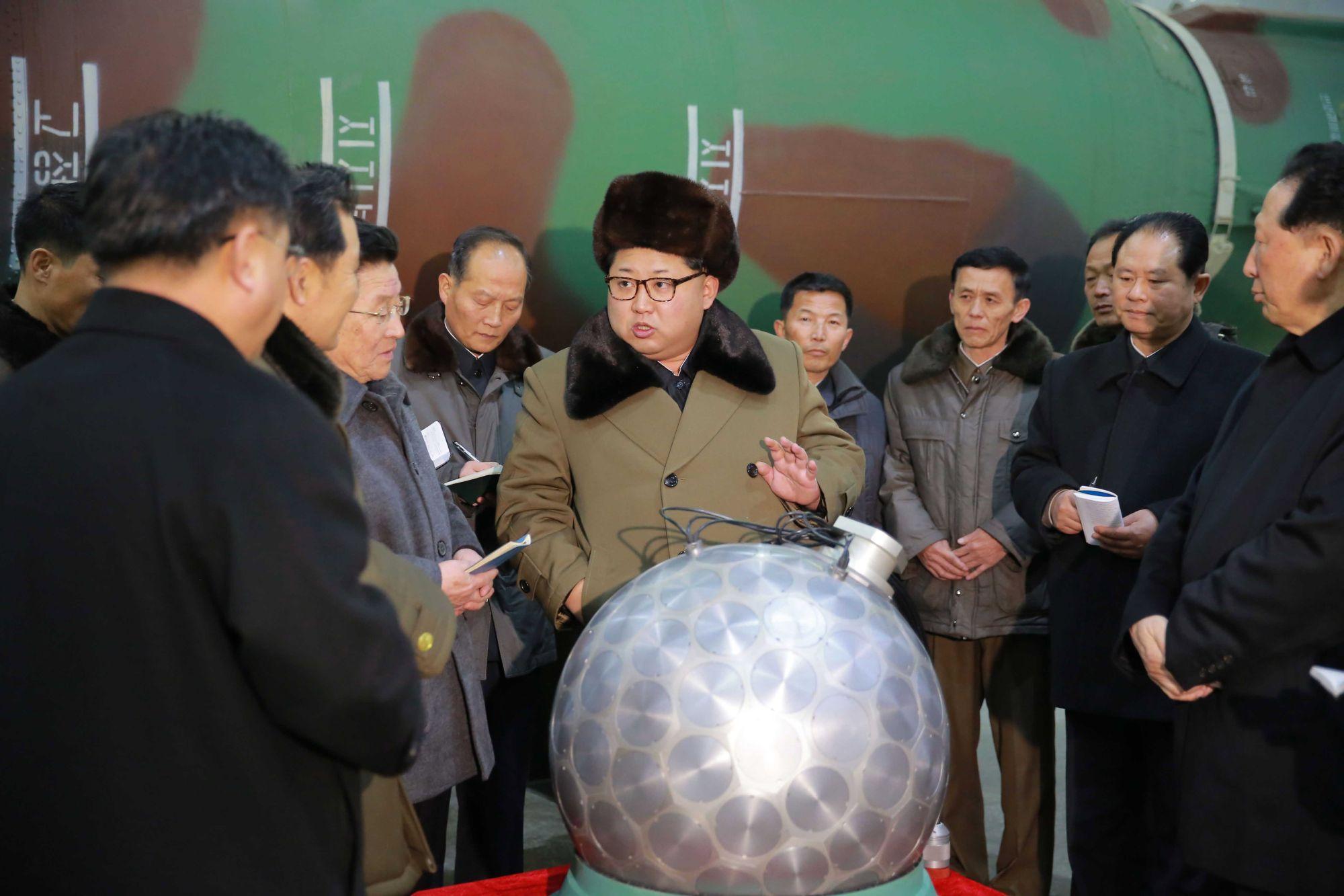 A KCNA által dátum és helyszín nélkül kiadott fotón Kim Dzsong Un tudósokkal és technikusokkal a nukleáris fegyverekről beszél. EPA/KCNA   *** Local Caption *** 53397156