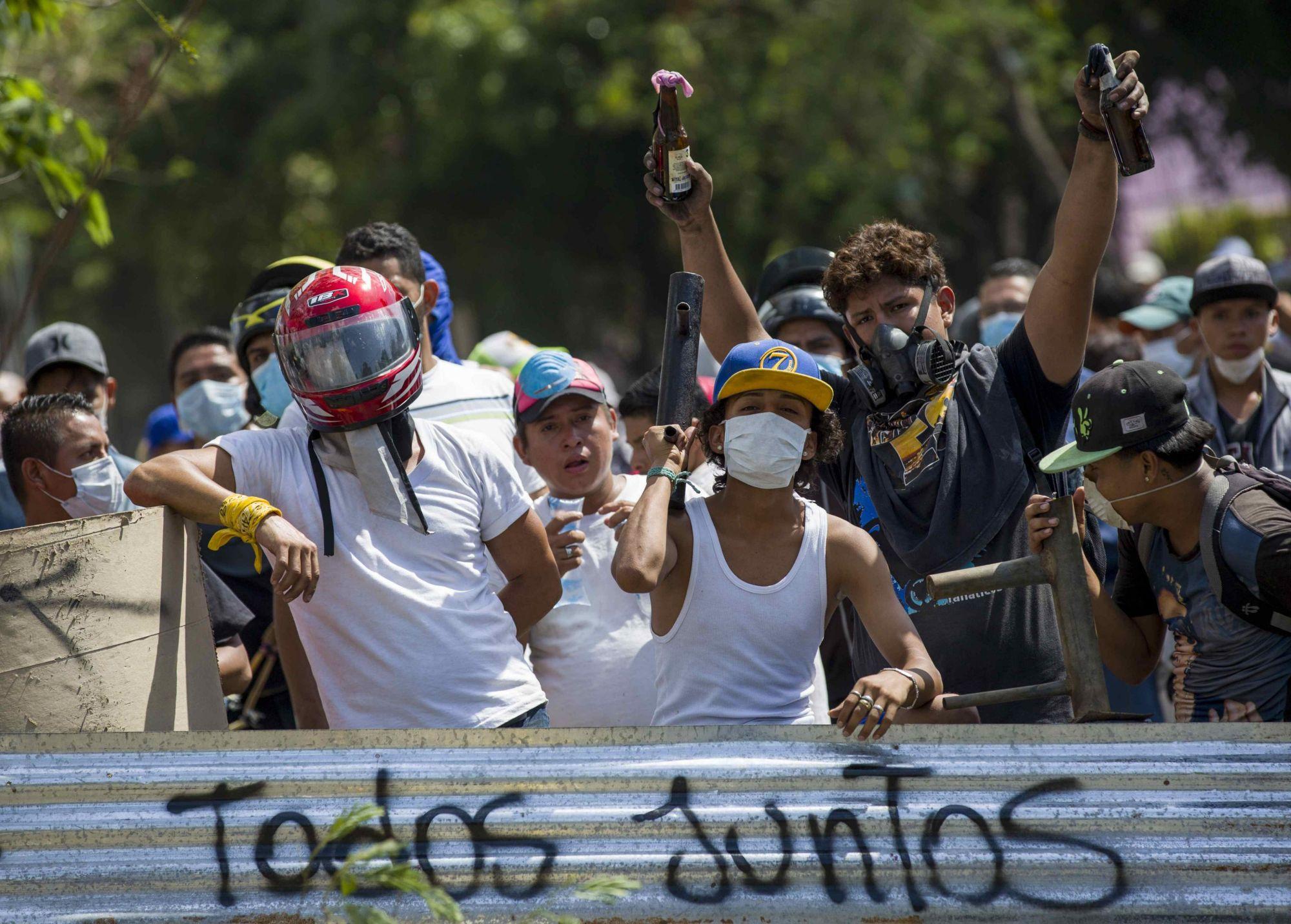 """Tüntetők a demonstrációk negyedik napján Managuában, Nicaraguában 2018. április 21-én.  Felirat: """"Todos juntos"""", azaz """"Mindeki együtt"""".   EPA/JORGE TORRES"""