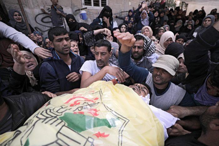 Az izraeli katonák által lelőtt palesztin férfiak egyikét gyászolják hozzátartozói a Gázai övezet déli részén levő Hán városban 2018. március 31-én. (MTI/EPA/Mohamed Szaber)