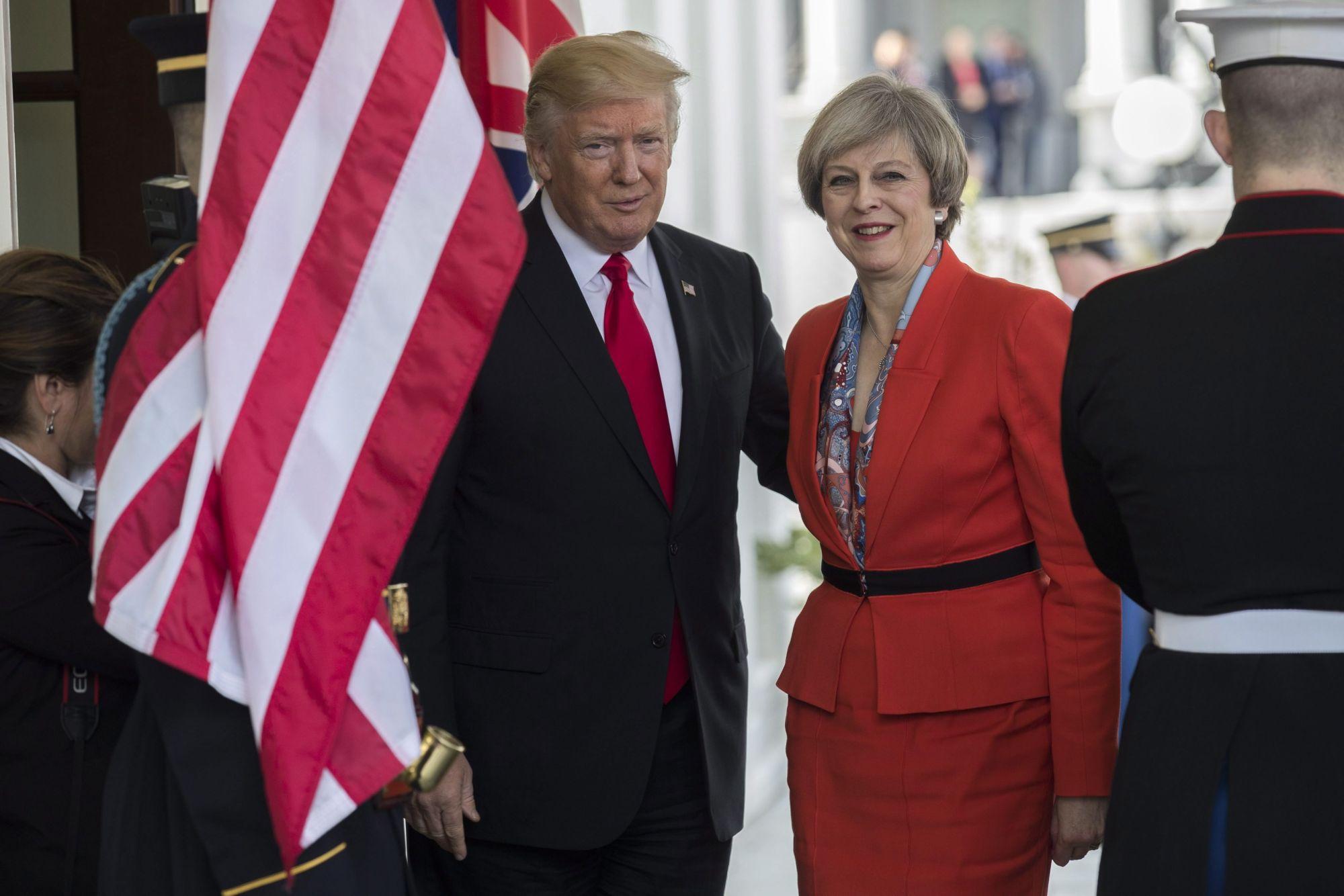 Donald Trump amerikai elnök (b) üdvözli Theresa May brit miniszterelnököt a washingtoni Fehér Házban 2017. január 27-én. May a január 20-án hivatalba lépett Donald Trump első külföldi vendége volt. (MTI/EPA/Shawn Thew)