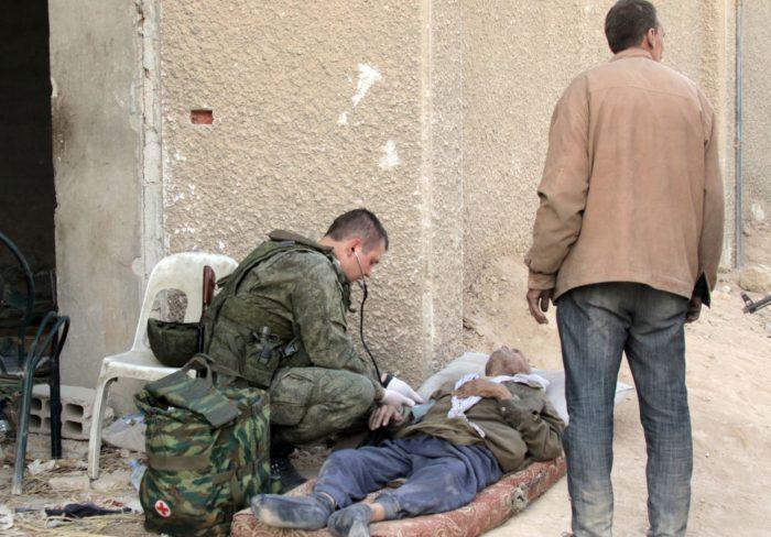 Damaszkusz, 2018. március 14. Orosz szanitéc vizsgálja a kelet-gútai harcok elõl elmenekült idõs szíriai férfiak egyikét Damaszkusz közelében (MTI/EPA/Juszef Badaui)