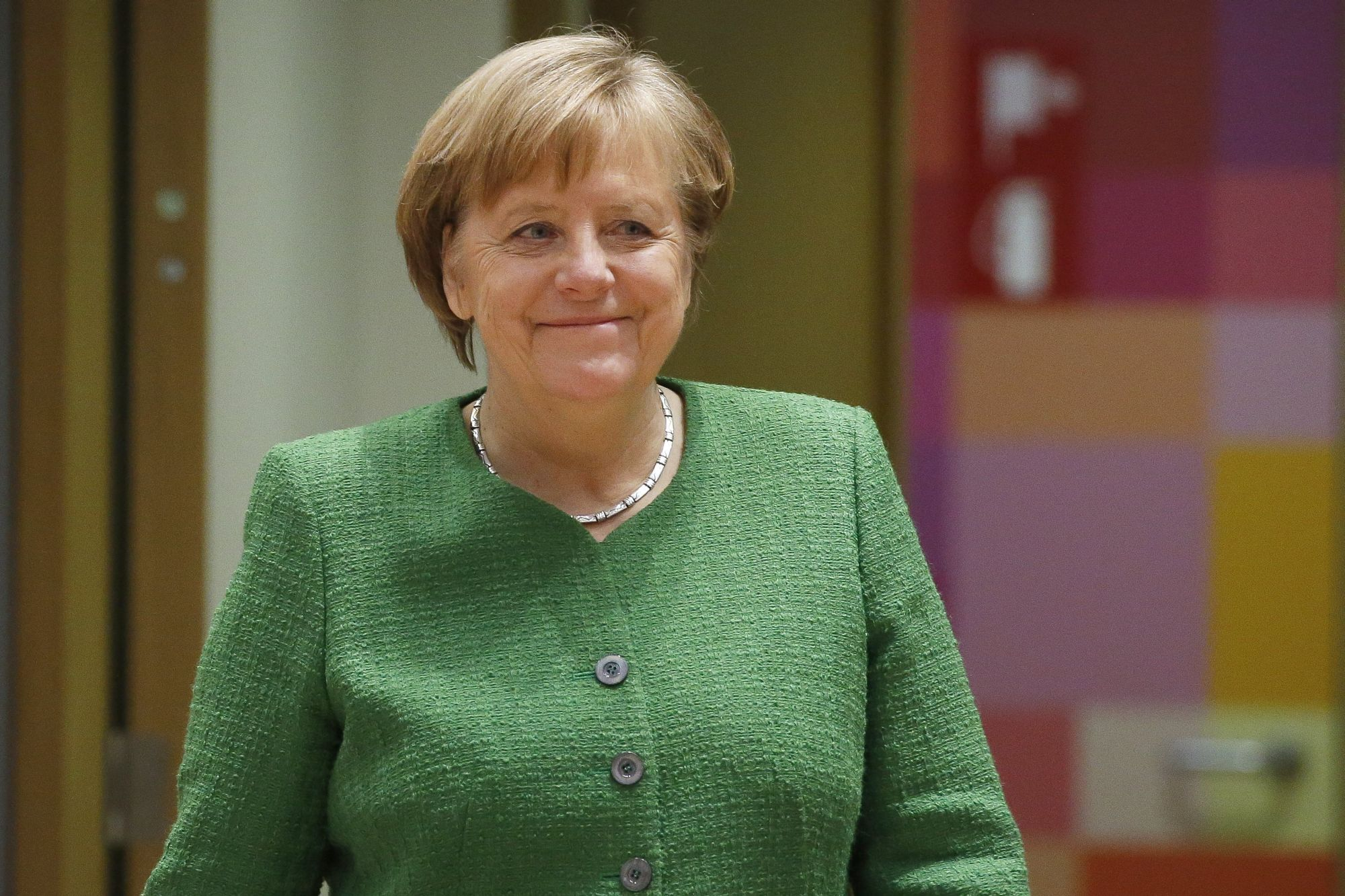 Angela Merkel német kancellár érkezik az Európai Unió tagállamai kétnapos állam- és kormányfői csúcstalálkozójának második napi ülésére Brüsszelben 2018. március 23-án. (MTI/EPA/Julien Warnand)