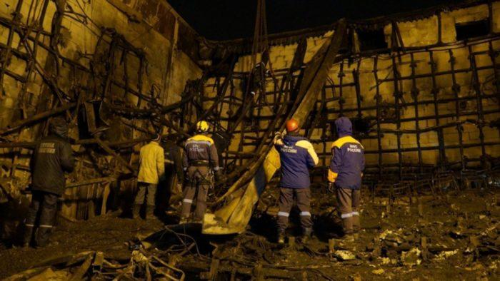 A rendkívüli helyzetek orosz minisztériuma által 2018. március 28-án közreadott kép mentõmunkásokról a leégett Zimnyaja Visnya bevásárlóközpont belsejében a nyugat-szibériai Kemerovóban március 27-én. (MTI/EPA/Rendkívüli helyzetek orosz minisztériuma)