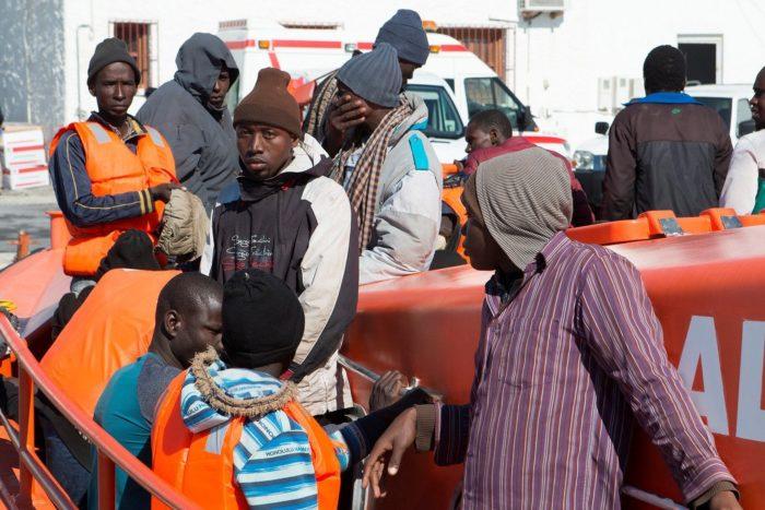 Motril, 2018. március 28. Fekete-afrikai migránsok érkeznek a dél-spanyolországi Motril kikötõjébe 2018. március 28-án. A spanyol haditengerészet 34, Spanyolországba tartó afrikai illegális bevándorlót mentett ki egy kis hajóról. (MTI/EPA/Miguel Paquet)