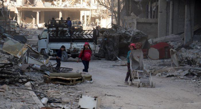 Szíriai gyerekek a kormány erők által a napokban felszabadított kelet-gútai Haraszta városában 2018. március 29-én. (MTI/EPA)