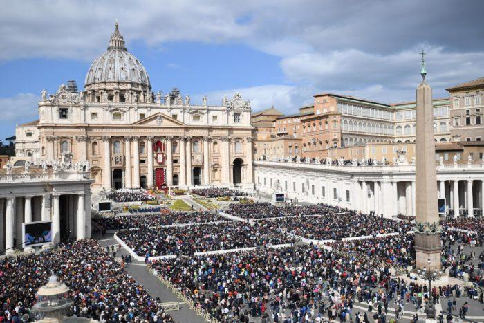 Hívek hallgatják Ferenc pápa húsvétvasárnapi miséjét a római Szent Péter téren 2018. április 1-én. (MTI/EPA/Alessandro Di Meo)