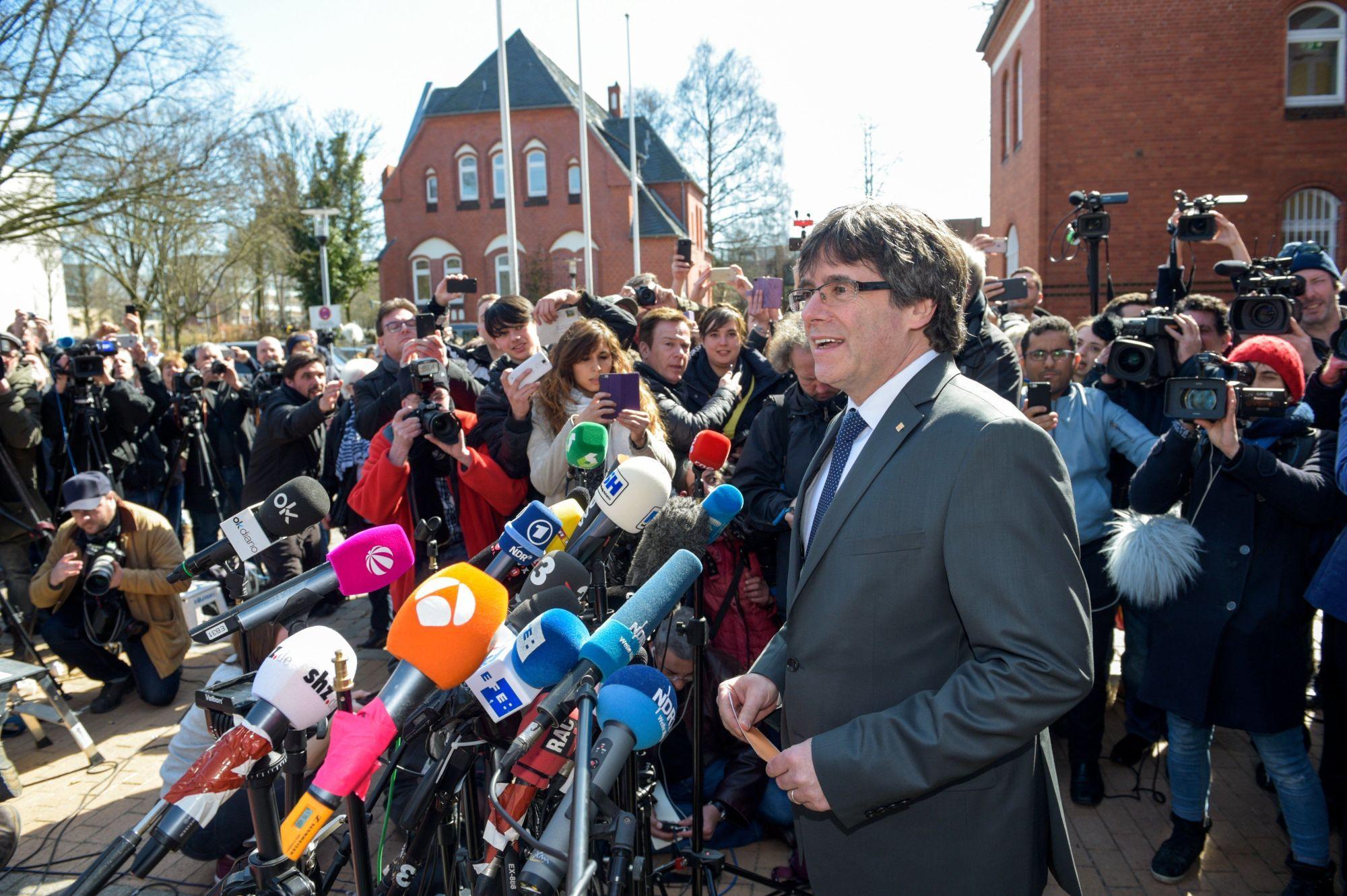 Carles Puigdemont nyilatkozik a neumünsteri börtön előtt, miután óvadék ellenében szabadlábra helyezték 2018. április 6-án. Puigdemont kiadatását a spanyol hatóságok kérték. (MTI/EPA/Focke Strangmann)