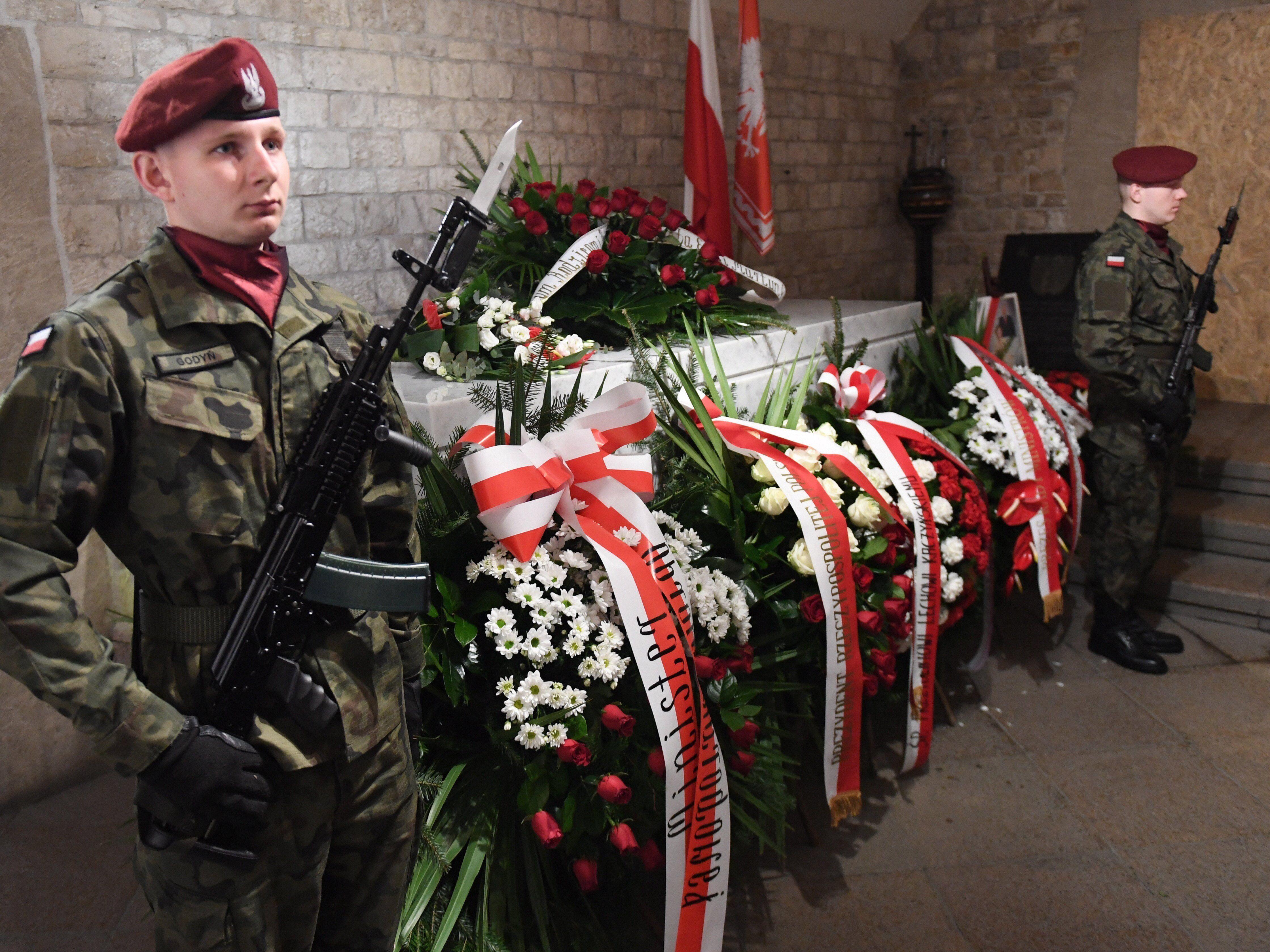 Lech Kaczynski volt lengyel elnök és felesége, Maria Kaczynska szarkofágja a krakkói királyi várban, a Wawel székesegyház kriptájában a házaspár halálát okozó repülőszerencsétlenség nyolcadik évfordulójának alkalmából 2018. április 10-én. A házaspárt és 94 másik embert – köztük az állami szféra és a hadsereg több vezető személyiségét – szállító repülőgép 2010. április 10-én zuhant le az oroszországi Szmolenszk közelében. (MTI/EPA/Jacek Bednarczyk)