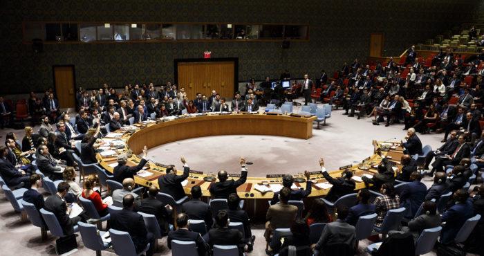 New York, 2018. április 11. Az ENSZ Biztonsági Tanácsának tagjai az Egyesült Államok határozattervezetéről szavaznak a Szíriában végrehajtott vegyifegyver-támadások ügyében tartott ülésen a világszervezet New York-i székházában 2018. április 10-én. (MTI/EPA/Justin Lane)