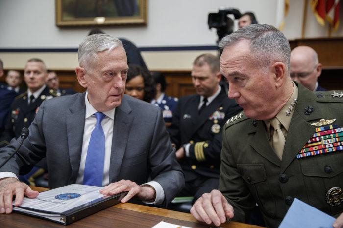 Washington, 2018. április 12. James Mattis amerikai védelmi miniszter (b) és Joseph Dunford tábornok, az amerikai vezérkari főnökök egyesített bizottságának elnöke az amerikai fegyveres erők felügyeletének bizottsága előtti meghallgatásukon a washingtoni törvényhozás épületében a Capitoliumban 2018. április 12-én. A katonai vezetőket az állítólagos dúmai vegyi támadásra adható válaszlépésekkel kapcsolatban hallgatják meg. (MTI/EPA/Shawn Thew)
