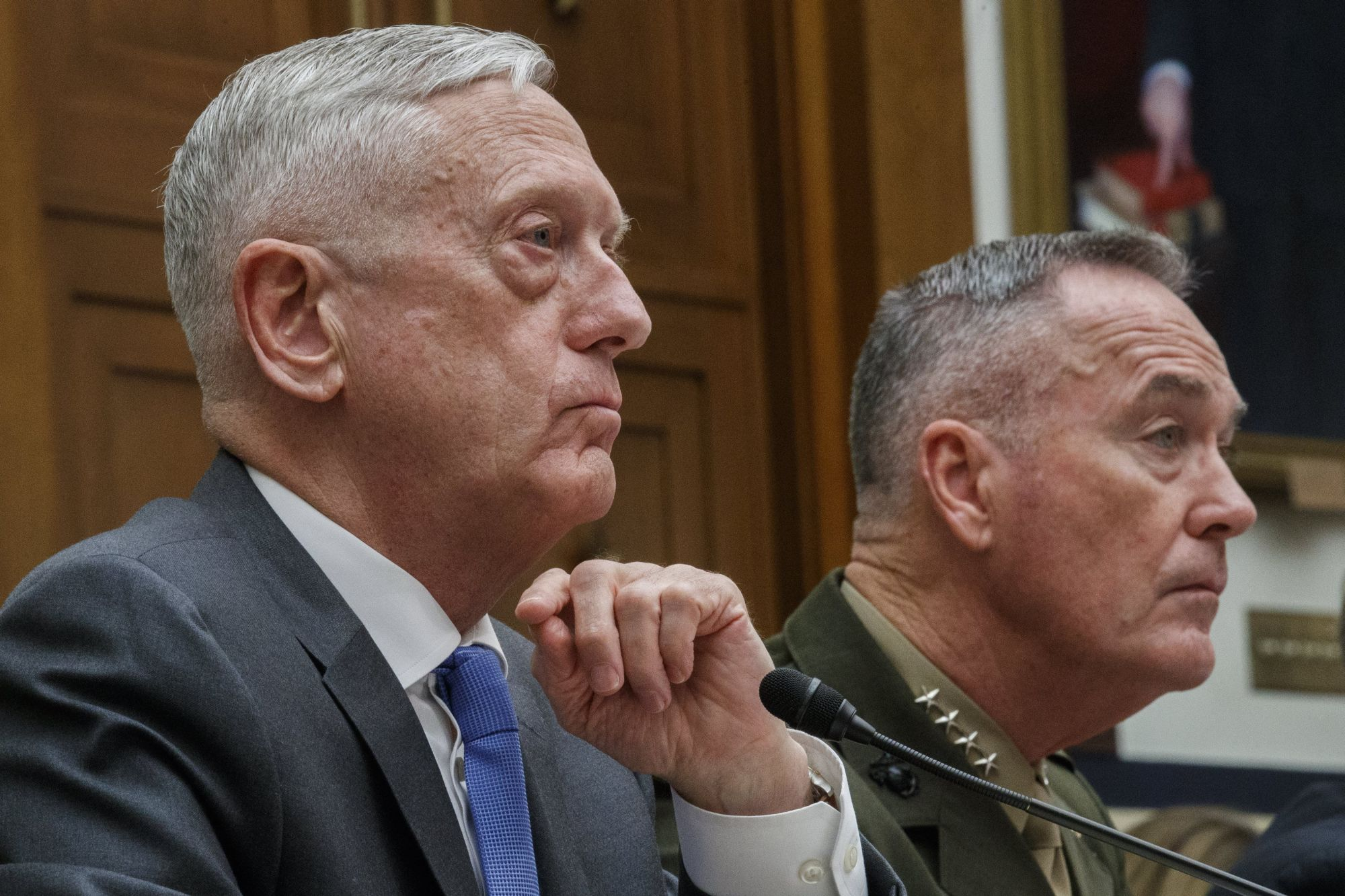 James Mattis amerikai védelmi miniszter (b) és Joseph Dunford tábornok, az amerikai vezérkari főnökök egyesített bizottságának elnöke az amerikai fegyveres erők felügyeletének bizottsága előtti meghallgatásukon a washingtoni törvényhozás épületében a Capitoliumban 2018. április 12-én. A katonai vezetőket az állítólagos dúmai vegyi támadásra adható válaszlépésekkel kapcsolatban hallgatják meg. (MTI/EPA/Shawn Thew)