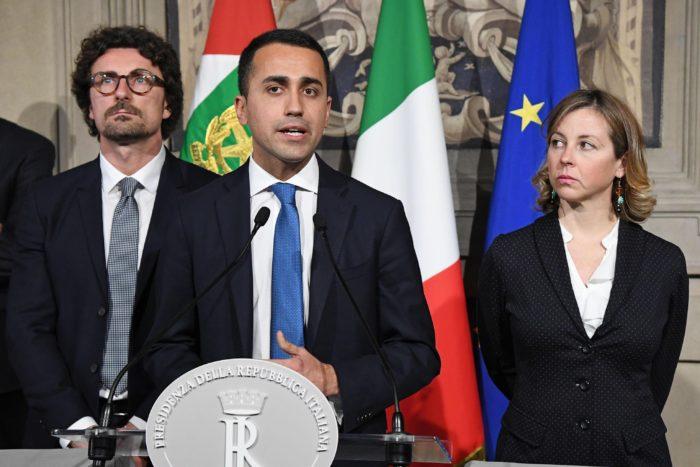 Róma, 2018. április 12. Luigi Di Maio, az Öt Csillag Mozgalom (M5S) miniszterelnök-jelöltje (k) és Danilo Toninelli (b), valamint Giulia Grillo, a párt tagjai sajtótájékoztatót tartanak, miután Sergio Mattarella olasz államfõvel egyeztettek a kormányalakítás érdekében a római államfõi rezidencián, a Quirinale-palotában 2018. április 12-én. (MTI/EPA/Alessandro Di Meo)