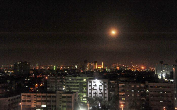 A SANA szíriai állami hírügynökség által közreadott kép a szíriai légvédelmi rendszer által kilõtt rakéták egyikérõl Damaszkusz felett 2018. április 14-én (MTI/EPA/SANA)