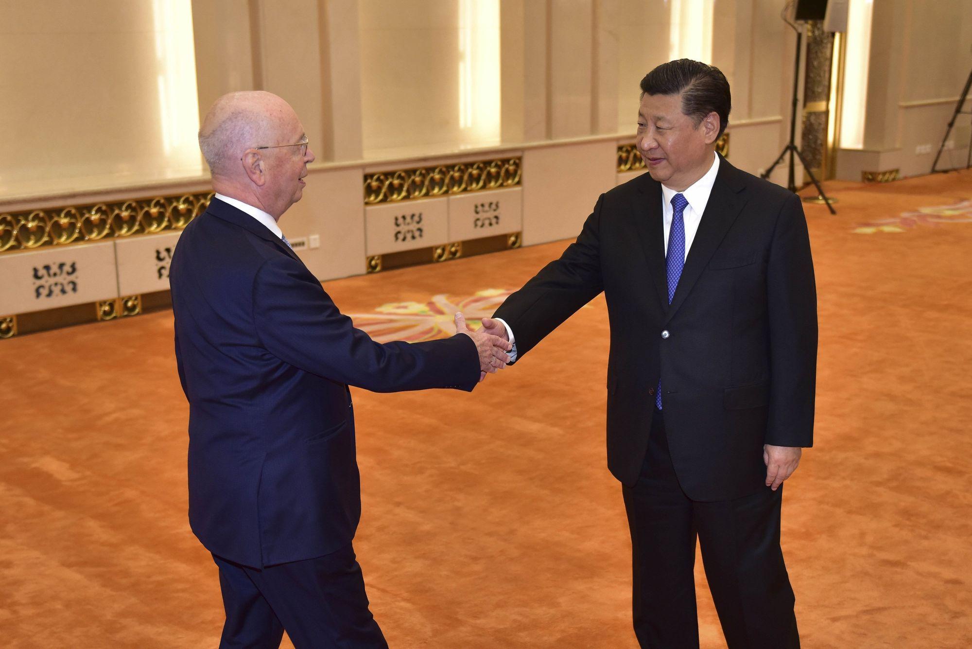 Hszi Csin-ping kínai államfő (j) fogadja Klaus Schwabot, a Világgazdasági Fórum alapító elnökét a pekingi Nagy Népi Csarnokban 2018. április 16-án. (MTI/EPA pool/Naohiko Hatta)