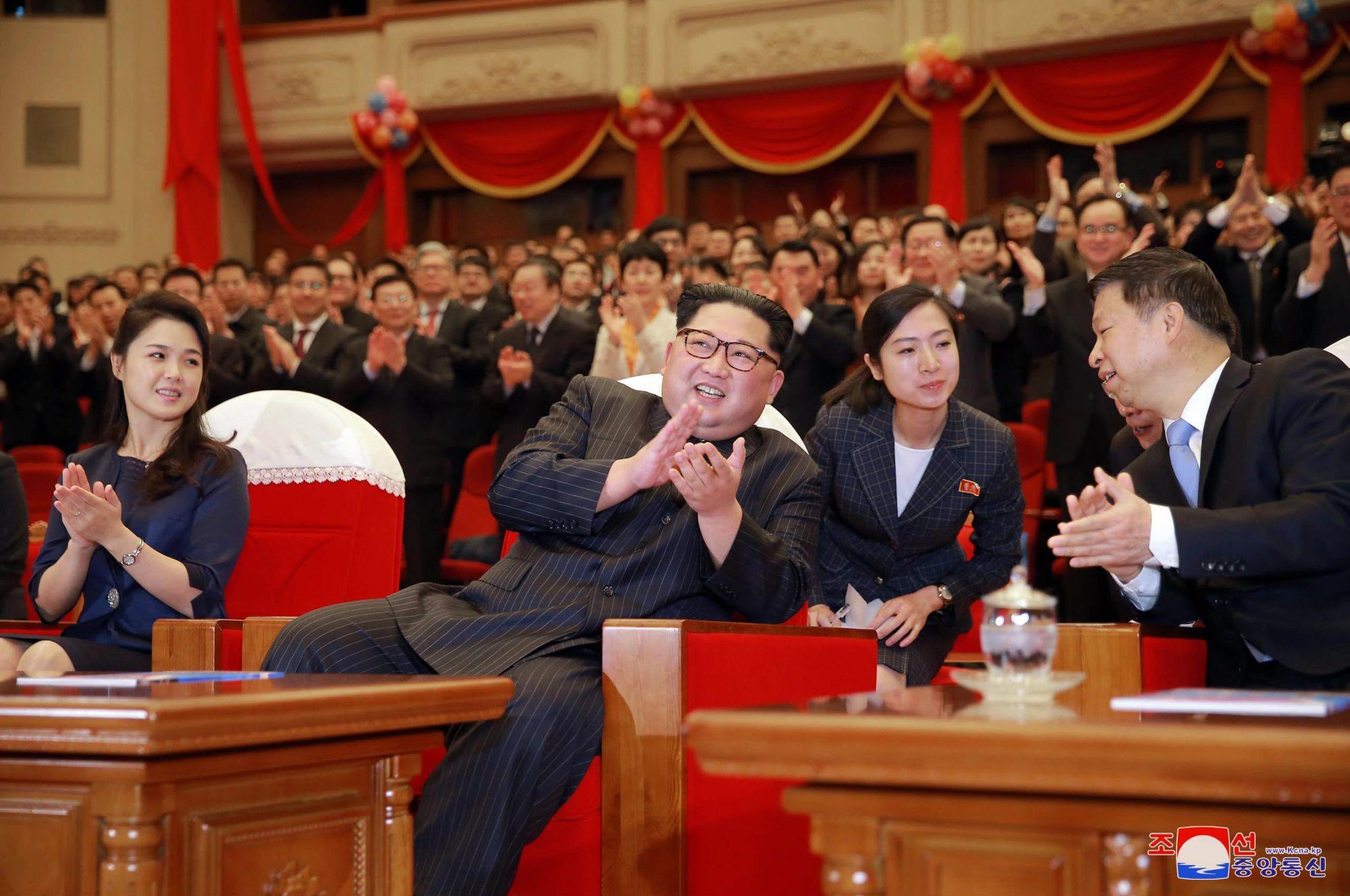 A KCNA észak-koreai hírügynökség által 2018. április 17-én közreadott képen Kim Dzsong Un észak-koreai vezető, a kommunista Koreai Munkapárt első titkára  és felesége, Zsi Szol Dzu részt vesz a Red Women Company című balettelőadáson, amelyet egy kínai társulat ad elő a phenjani Nagyszínházban április 16-án. (MTI/EPA/KCNA)