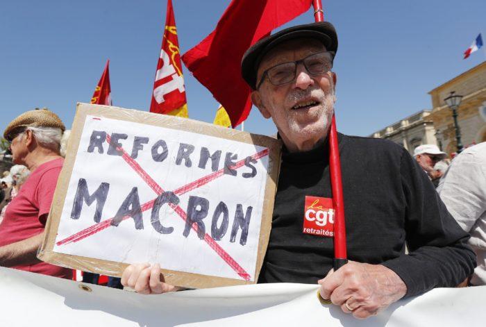Montpellier, 2018. április 19. A CGT francia szakszervezeti szövetség tagjai és támogatói tüntetnek a francia kormány politikája ellen a dél-franciaországi Montpellierben 2018. április 19-én. Egy közelmúltban készült reprezentatív felmérés szerint a franciák 58 százaléka elégedetlen az egy éve megválasztott Emmanuel Macron államfõ tevékenységével, míg 42 százalék elégedett. (MTI/EPA/Guillaume Horcajuelo)