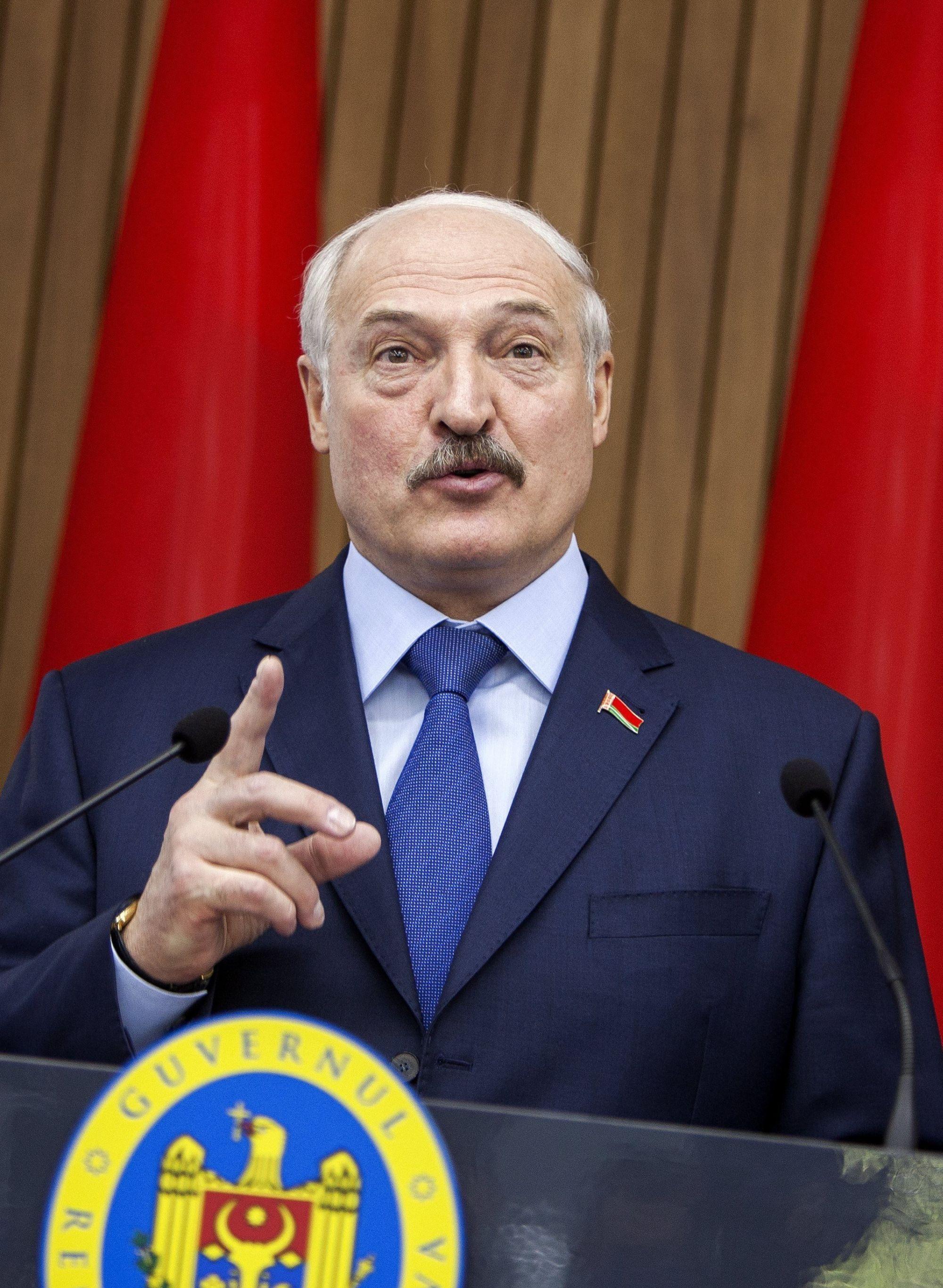 A kétnapos látogatáson Moldovában tartózkodó Aljakszandr Lukasenka fehérorosz elnök közös sajtótájékoztatót tart Pavel Filip moldovai miniszterelnökkel Chisinauban 2018. április 19-én. (MTI/EPA/Dumitru Doru)