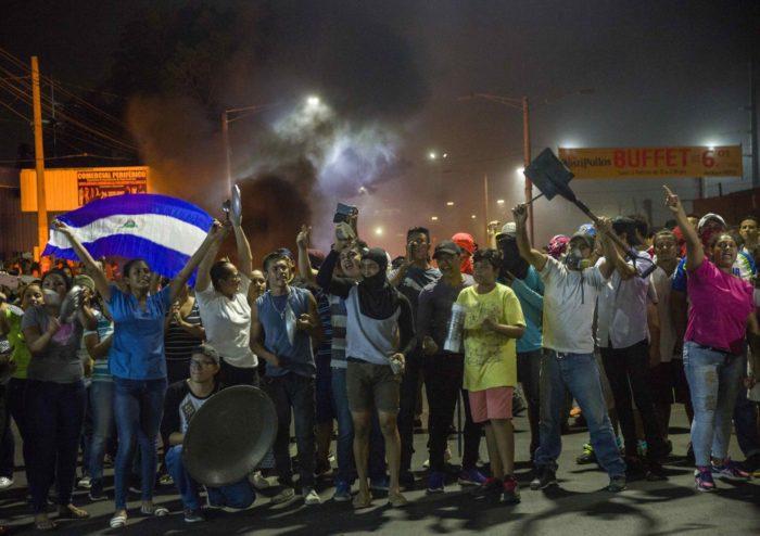 Managua, 2018. április 21. Tüntetõk jelszavakat skandálnak a nicaraguai fõvárosban, Managuában 2018. április 20-án. (MTI/EPA/Jorge Torres)