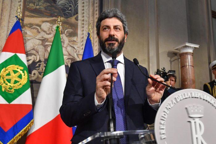 Róma, 2018. április 23. Roberto Fico, az olasz képviselõház elnöke, az Öt Csillag Mozgalom (M5S) politikusa sajtótájékoztatón beszámol a Sergio Mattarella olasz államfõvel tartott megbeszélése eredményérõl a római államfõi rezidencián, a Quirinale-palotában 2018. április 23-án. Mattarella az M5S és a balközép Demokrata Párt (PD) közti kormányalakítás lehetõségének felmérésével bízta meg Ficót. Olaszországban március 4-én tartottak választásokat, de egyetlen párt vagy pártszövetség sem szerzett többséget. (MTI/EPA/Alessandro Di Meo)
