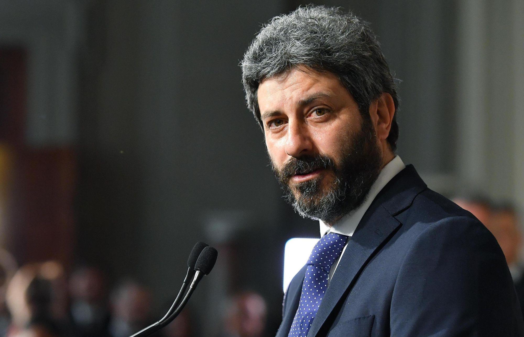 Roberto Fico, az olasz képviselőház elnöke, az Öt Csillag Mozgalom (M5S) politikusa sajtótájékoztatón beszámol a Sergio Mattarella olasz államfővel tartott megbeszélésének eredményéről a római államfői rezidencián, a Quirinale-palotában 2018. április 23-án. Mattarella az M5S és a balközép Demokrata Párt (PD) közti kormányalakítás lehetőségének felmérésével bízta meg Ficót. Olaszországban március 4-én tartottak választásokat, de egyetlen párt vagy pártszövetség sem szerzett többséget. (MTI/EPA/Ettore Ferrari)