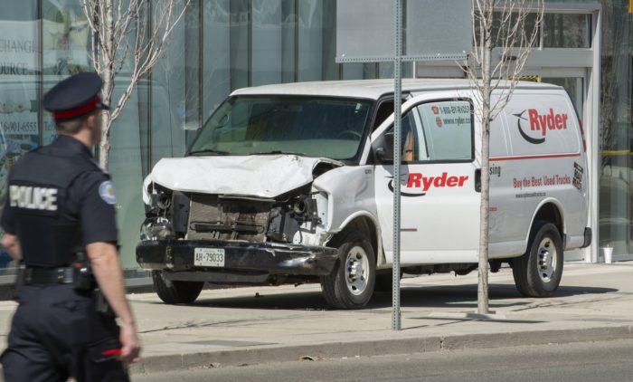 Toronto, 2018. április 24. Sérült furgon elõtt egy rendõr Torontóban 2018. április 23-án, miután a jármû gyalogosok közé hajtott a kanadai nagyvárosban. Legalább két ember életét vesztette, a sofõrt elfogták. (MTI/EPA/Warren Toda)