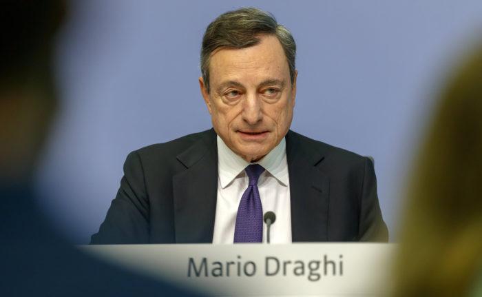 Frankfurt, 2018. április 26. Mario Draghi, az Európai Központi Bank (EKB) elnöke sajtótájékoztatót tart az EKB kormányzótanácsának kamatdöntő ülése után Frankfurtban 2018. április 26-án, ahol bejelenette, hogy a központi bank kormányzótanácsa a piaci várakozásoknak megfelelően nem változtatott az irányadó kamaton. (MTI/EPA/Ronald Wittek)