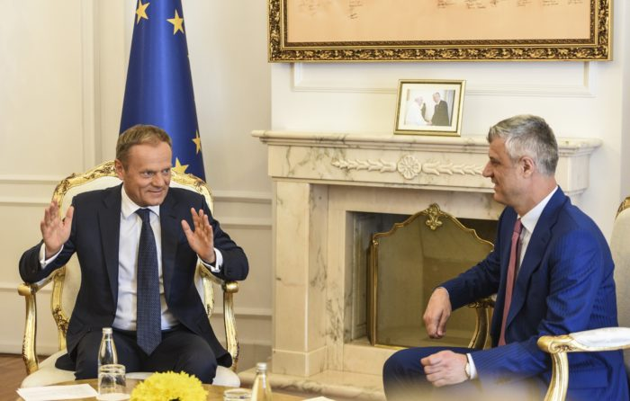 Pristina, 2018. április 26. Hashim Thaci koszovói elnök (j) és Donald Tusk, az Európai Tanács elnöke megbeszélést folytat Pristinában 2018. április 26-án. (MTI/EPA/Petrit Prenaj)