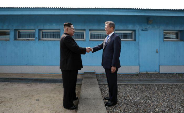 Panmindzson, 2018. április 27. Kim Dzsong Un észak-koreai vezetõ (b) és Mun Dzse In dél-koreai elnök kezet fog a két Koreát elválasztó panmindzsoni demilitarizált övezetben, a demarkációs vonal déli oldalán levõ Béke Házában tartandó megbeszélésük elõtt 2018. április 27-én. Kim Dzsong Un személyében 65 éve elõször lép észak-koreai vezetõ dél-koreai területre. (MTI/EPA/Korea-közi csúcs sajtószolgálata/pool)